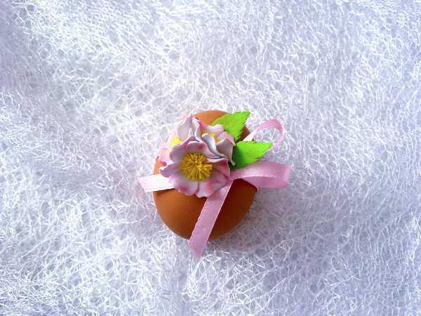 Декорирование пасхального яйца цветами